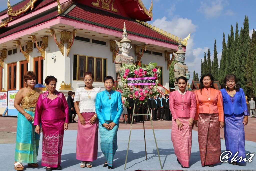 สมาคมอีสานฯ นำโดย จันทรา แก้วดี นายกสมาคมฯ พร้อมคณะกรรมการ ร่วมงาน วางพวงมาลาถวายบังคมพระบรมรูปสมเด็จพระปิยมหาราช เมื่อวันที่ 18 ตุลาคม 2015 ที่วัดไทย ลอสแอนเจลิส