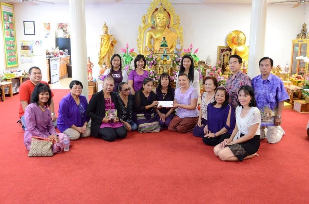 สาธุชนชาววัดพุทธจักรฯ ได้รวบรวมปัจจัยเพื่อช่วยเหลือและให้กำลังใจคุณกัลยาณี ฮ็อบสัน ซึ่งประสบปัญหาชีวิต โดยมี คุณจริยา บาร์ทอโลเม่ ตัวแทนชาวไทยใน SD เป็นผู้มอบปัจจัย ณ วัดพุทธจักรมงคลฯ ในวันอาทิตย์ที่ 18 ตุลาคม 2558 ที่ผ่านมา ขอเป็นกำลังใจให้คุณตุ้ม สู้ ๆ