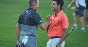 """Sergio Garcia"".. นักกอล์ฟจากสเปนเดินมาจับมือให้กำลังใจกับนักกอล์ฟจากประเทศอินเดีย..""Hlmmat Rai "".. หลังจากสามารถ Play- Off เอาชนะได้ในหลุมที่ 2"