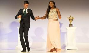"""."""" Novak Djokovic """" ยอดนักเทนนิสชายมืออันดับที่ 1  ของโลกเดินจับมือกับ """" Serena Williams """" ยอดนักเทนนิสหญิงมืออันดับที่ 1 ของโลกหลายสมัย ออกเดินโชว์ เต็มรำแสดงความดีใจ ให้นักข่าวกีฬาได้ถ่ายภาพหลังจากประกาศว่าเขาทั้ง 2 ได้รับรางวัล นักกีฬายอดเยี่ยมประจำปี ค.ศ . 2015"""