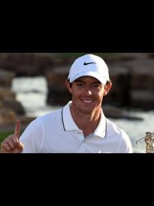 ". "" Rory Mcllroy "" นักกอล์ฟหนุ่ม "" Northern Irishman"" อดีตมืออันดับที่ 1 ของโลก แต่เวลานี้ได้ หล่นมาอยู่ที่อันดับที่ 3  ของโลกได้ออกมาให้ช่างภาพถ่ายรูป พร้อมชูนิ้ว แสดงสัญญาลักษณ์ เลข 1 และบอกกับผู้สื่อข่าวว่าอีก 2  อาทิตย์หน้าที่จะถึงเอาตำแหน่ง มืออันดับที่ 1 ของโลก เริ่มรายการแรก คือ "" Abu Dhabi HSBC Golf Championship ""."