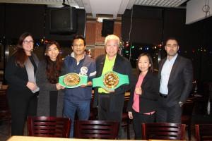 """เกียรติ กัญจนศิริกุล (ที่ 4 จากซ้าย) คนไทยคนเดียวใน 50 กรรมการบริหารของบอร์ดสภามวยโลก (WBC) แวะแอล.เอ.ก่อนบินไปประชุมที่เม็กซิโก กับ """"ครูนกหวีด"""" เดชน์ ศรีอำไพ โดยมี """"หลิน"""" สุนทรี และ """"เอ๋"""" ศฬรรธร จาก นสพ.สยามมีเดีย ไปทำข่าว ที่ไทยแลนด์ พลาซ่า เมื่อ 26 ม.ค. 2016"""