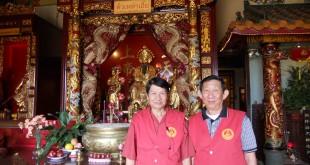 """ร่วมฉลองตรุษจีน กราบไว้เทพเจ้าแห่งโชคลาภ (ไฉ่ซิ้งเอี๊ย) เพื่อเป็นสิริมงคล ในคืนวันที่ 7 กุมภาพันธ์ 2016 ฤกษ์ดีที่สุด เวลา 11pm.-1.30 am. (วันที่ 8 ก.พ.2016)โดยมี """"เกษม"""" (ขวา) และกรรมการศาลฯ ให้การต้อนรับ-แนะนำ ที่ศาลเจ้าพ่อเสือ ในไชน่าทาวน์ สอบถามได้ที่ 323-227-8560"""