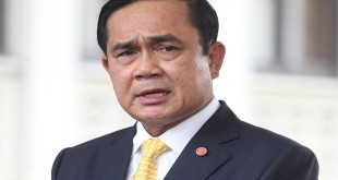 พลเอกประยุทธ จันทร์โอชา นายกรัฐมนตรี ให้สัมภาษณ์สื่อมวลชนหลัง เป็นประธานการประชุมคณะกรรมการร่วมภาครัฐและเอกชนเพื่อแก้ไขปัญหาทางเศรษฐกิจ (กรอ.) ครั้งที่ 1/2558 ณ ตึกสันติไมตรี (หลังใน) ทำเนียบรัฐบาล  Published caption พล.อ.ประยุทธ์ จันทร์โอชา
