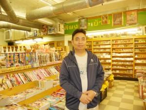 """ศูนย์รวมหนังสือ, นิตยสาร, แม๊กกาซีน, หนังสือพิมพ์, พ็อคเกจบุ๊ค, ซีดี, วีซีดี-ดีวีดีละคร-ภาพยนตร์  และสินค้าอื่นๆ จากเมืองไทย โดยมี """"อุ๊"""" ให้การต้อนรับ ที่ร้านหนังสือดอกหญ้า ในฮอลลีวูด โทร. 323-464-7177-8"""