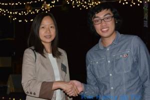เทเรซ่า ไทยภิรมย์สามัคคี อดีตนายกสมาคมไทยฯ จับมือแสดงความดีใจกับสมาชิกโรตารี่คนล่าสุด Ken Nguyen  ลูกชาย วิภา พรศิริธารา ตากล้องมือดีของชุมชนไทย