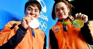 """2 สาวจอมพลังซ้ายมือน้อง.. """"แต้ว""""... พิมศิริ ศิริแก้ว... เจ้าของเหรียญเงินจากโอลิมปิกเกมส์ครั้งที่แล้ว คว้าได้อีก 1 เหรียญเงิน ในโอลิมปิกเกมส์ครั้งล่าสุด คนขวามือสาวจอมพลัง..""""น้องฝ้าย""""... สุกัญญา ศรีสุราช..คว้าเหรียญทองได้ ทั้งสองลงแข่งขันในรุ่นเดียวกัน.."""