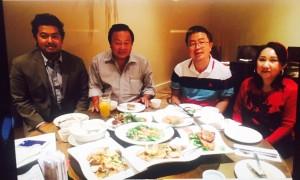 ดร. นพ. วุฒิพงษ์ ฐิรโฆไท จากสถาบันประสาทวิทยาราชวิถี กทมฯ มาดูงานในแซนดิเอโกั เมื่ออาทิตย์ที่ผ่านมาได้ กำนันเล็ก ดนัย เงาจีนานันท์ และสาโรจน์ แตงแก้ว นายกสมาคมไทยอเมริกันและเอเชี่ยนแห่งแซนดิเอโก้ เลี้ยงต้อนรับ
