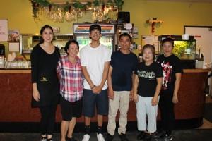 """พิสูจน์ความอร่อย! หมูย่าง-ไก่ย่าง, น้ำตกเนื้อ, ลาบไก่- ไส้กรอกอีสาน และอาหารตามสั่งอื่นๆ  นำโดย """"วัลภา ลี"""" เจ้าของร้าน (ที่ 2 จากซ้าย) และทีมงาน ให้บริการอย่างเป็นกันเอง ที่ร้าน Rachada Thai Cuisine เมือง Santa Fe Springs ติดต่อได้ที่ 562-921-0889"""
