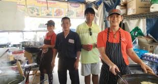 """อร่อยกับเมนูเด็ด ก๋วยเตี๋ยวยำ, หอยทอด, ผัดไทย, ผัดซีอิ้ว, ผัดขี้เมา, ก๋วยเตี๋ยวคั่วไก่, ราดหน้า เพียง $5 เท่านั้น ฝีมือ """"หน่อย & หน่อง"""" (ร้าน เฮงเฮง88) ที่ตลาดอาหารวัดไทย ทุกวันเสาร์-อาทิตย์ ใน นอร์ธ ฮอลลีวูด"""