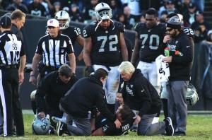 ". ""Oakland Raiders "" สามารถเอาชนะ ""Indianapolis Colts 33-25 "" ศึกอเมริกันฟุตบอลเมื่อวันที่ 24 ธ.ค. แต่ทีม Oakland Raiders ต้องเสีย..""Derek Carr"".. ควอเตอร์แบ๊กของทีมที่บาดเจ็บขาขวาหัก จนต้องหามออกจากการแข่งขัน..."