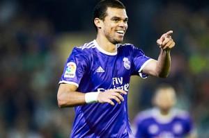 """อีกราย .. Pepe .. เปเป๋.. นักเตะสายเลือดบราซิลโปรตุเกส เล่นบอลโลก เป็นกองหลังทีมชาติโปรตุเกสเป็นหนึ่งในนักเตะคนดังอีกคนที่กำลังมีข่าวว่าหากยังหาข้อสรุปเรื่องสัญญาใหม่กับ.. """"เรอัล มาดริด"""".. ราชันชุดขาว...ไม่ได้ เนื่องจากเจ้าตัวต้องการอยู่กับ.. ราชันชุดขาว.. ต่อไปอีกอย่างน้อย 2 ซีซั่น แต่ทีมเสนอสัญญาใหม่ให้เพียงปีเดียวเท่านั้น กองหลังตัวฉกาจฉกรรจ์ของ..""""เรอัล มาดริด"""".. ยอดทีม ลา ลีกา สเปน เตรียมย้ายไปค้าแข้งในศึก..""""ไชนีส ซูเปอร์ลีก""""... สาธารณรัฐประชาชนจีน หลังหมดสัญญากับต้นสังกัดหลังจบซีซั่นนี้..ทันที"""