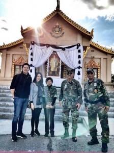 ชมรมอดีตทหารไทย ณ สหรัฐอเมริกาได้รับมอบหมายให้ดูแลรักษาความปลอดภัย และในด้านการจราจรให้พี่น้องชาวไทยที่มาร่วมทำบุญในวันปีใหม่ วันที่1มกราคม 2017 ที่วัดป่าธรรมชาติ มีน้องโบนัสแฟนหลานชายลูกพลตรี พรธเนศร์ สุนทรเกส อดีตวีรบุรุษสมรภูมิรบภูหินล่องกล้า มาร่วม