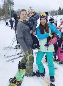 Tarny Tarn ผู้จัดการเบียร์ช้าง สาขาแอล.เอ. พาลูกชายคนเล็ก Tyler และสามี David ไปเล่นสกี้เมื่ออาทิตย์ที่ผ่านมา เนื่องจากอากาศเย็นจัดมีหิมะตกมากพอที่จะสกี