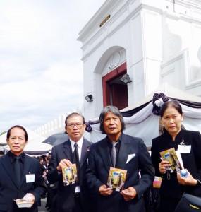 ดร.กมล ทัศนาญชลี ศิลปิน แห่งชาติ ไปถวายความจงรักภักดีแด่ พระบาทสมเด็จพระ ปรมินทรมหาภูมิพลอดุลยเดช  เสด็จสู่สวรรคาลัย ที่พระราชวัง กทม เมื่ออาทิตย์ที่ผ่านมา