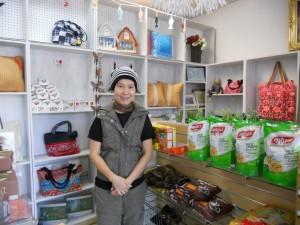 """แวะเช่าละครไทย-เกมโชว์-ทอล์คโชว์-รายการอื่นๆ พร้อมแวะซื้อหาขนมไทย และสินค้าอื่นๆ จากเมืองไทย โดยมี """"ภา"""" ให้การต้อนรับ ที่ร้าน Green House Video & Gift Shop เมือง Panorama City โทร. 818-909-7299"""