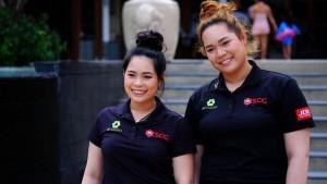 """เมื่อวันขึ้นปีใหม่ นักกอล์ฟ สาว 2 พี่น้องของไทย.. """"โปรโม-เม"""" เอรียา และ โมรียา จุฑานุกาล 2 นักกอล์ฟสาวไทยขวัญใจมหาชน ได้ออกมาร่วมกันอวยพรปีใหม่ให้กับแฟนกีฬากอล์ฟไทยในปี 2560.."""