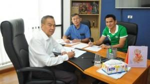 """.""""ซิโก้"""" เกียรติศักดิ์ เสนาเมือง หัวหน้าผู้ฝึกสอนทีมชาติไทย มีสัญญากับสมาคมกีฬาฟุตบอลแห่งประเทศไทย ถึงเดือน กุมภาพันธ์ 2560 ซึ่ง ท่าน """"บิ๊กอ๊อด"""" พล.ต.อ.สมยศ พุ่มพันธ์ม่วง นายกสมาคมฯ ยังไม่ยืนยันว่าจะต่อสัญญากุนซือจอมตีลังการายนี้ออกไปหรือไม่ เนื่องจากต้องมีการหารือถึงรายละเอียอีกครั้ง ขณะเดียวกันมีกุนซือต่างชาติหลายรายยื่นโปรไฟล์เข้ามาให้สมาคมฯ พิจารณาด้วยเช่นกัน มีข่าวว่าจะเปิดเจรจาคุยกันหลังจากวันที่ 11 ม.ค. ที่จะถึงนี้.."""