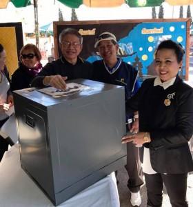 จุฑาภรณ์ ไชยรัตน์ติเวช นายกสมาคมไทยปักษ์ใต้และกรรมการเลือกตั้ง เชิญให้สุรชาติ ทองนพคุณ และสุรศักดิ์ พงษ์สุวรรณ หย่อนบัตรลงคะแนนเลือกนายกสมาคมไทยฯ เป็นคนแรกที่วัดไทย 01/29/2017