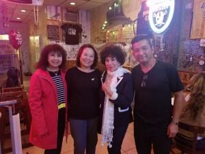 อุทัย/สินีนาฎ กลิ่นมาลัย เจ้าของร้าน The Shrimp Lover ในไทยทาวน์ ฮอลลีวูด ให้การต้อนรับ อมรา อัศวนนท์ และ รำเพย เกิดภิญโญ เมื่ออาทิตย์ที่ผ่านมา