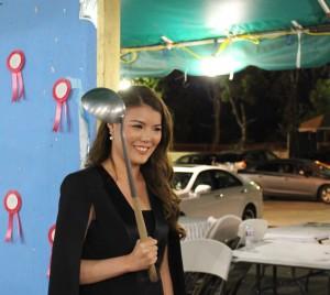 """ดร.ไอรดา """"โบโบ""""วัฒนวูกูร หนึ่งในทีมหมายเลข1 ในตำแหน่ง รองนายกฯฝ่ายบริการสาธารณะสุข ในวันลงคะแนนเสียงเลือกนายกสมาคมไทยฯ ที่วัดไทยแอล.เอ."""