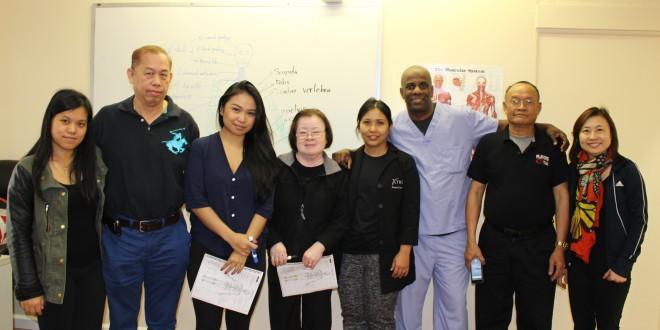 """""""ครูอุ๋ม"""" อุมารินทร์ วอคเตอร์ (ที่ 5 จากซ้าย) ครูสอนคนไทย และครูไบอัน (ที่ 6 จากซ้าย) พร้อมนักเรียนหลักสูตรนวดรักษา ของ โรงเรียนพาเลซบิวตี้คอลเลจ Palace Beauty College (ใกล้ไทยทาวน์) และยังเปิดสอนตัดผม, ทำหน้า, ทำเล็บ,ทำผมชาย สอบถามได้ที่ 323765-9316"""