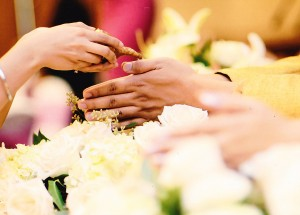 สนใจจัดพิธีหมั้น-มงคลสมรส ตามประเพณีแบบไทยๆ พร้อมรับจัดดอกไม้-ตบแต่งสถานที่ในงานเลี้ยงและงานทั่วไป ติดต่อ ดีดี้ สิทธิเสรี ที่ Viva Thai Wedding Studio & Event By Dee โทร. 818-799-6677
