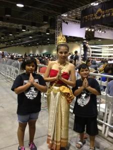 """คนใจเป็นกุศล เพิ่มพร """"จิดา"""" สุขประดิษฐ คุณแม่ของ """"น้องขิง"""" จิดาพร สเลนท์ ไปช่วยรำในงานมวยไทยจัดโดยโปรโมเตอร์มะกัน พบเด็กฝรั่งเลยสอนให้รู้จักประเพณีไทยพื้นฐานด้วยการ """"ไหว้"""" น่ารักมั้กๆ"""