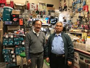 ดำรงค์ หุ่นสุวรรณ (ขวา) นักธุรกิจ Real Estate and Whole sale Construction Tools ในเมือง San Gabriel ,CA มายาวนานกว่า 30 ปี