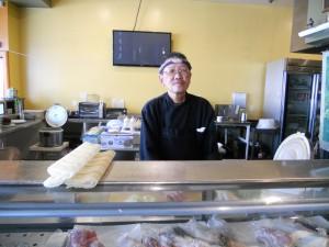 """อิ่มอร่อยกับ ซูชิหลายหน้า, Sashimi, สลัดหนังปลาแซลมอน, ปลาซาบะย่าง และอื่นๆ ที่ร้าน Ikyu Sushi ในเมือง N.Hollywood ร้านยังอยู่ที่เดิม แวะไปชิมได้ โดยฝีมือ """"เชฟโจ"""" สอบถามได้ที่ 818-982-8598"""