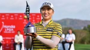 """แชมป์..""""Honda LPGA Thailand 2017""""..โปรสาวนักกอล์ฟ จากประเทศเกาหลีใต้..""""Amy Yang"""".. ทำสกอร์ทิ้งนักกอล์ฟสาวรายอื่นๆ แบบหายกังวล เป็นแชมป์รายการนี้ครั้งที่ 2 ผลการแข่งขันของรายการนี้ในสามครั้งหลังที่ผ่านมา คว้าชัยชนะ 2015 / อันดับที่ 3 / 2016/แชมป์ 2017 .."""
