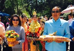 กงสุลใหญ่นครลอสแอนเจลิส ธานี แสงรัตน์ และภรรยา คุณชลทิพย์ กำภู แสงรัตน์ ไปเป็นประธานในงานสงกรานต์ของวัดป่าธรรมชาติ เมืองลาพวนเต้ เมื่อวันที่ 16 เมษายน 2017