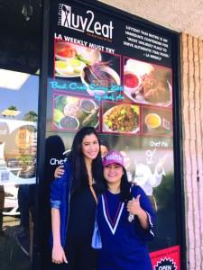 """""""ปู"""" ไปรยา สวนดอกไม้ นักแสดงสาวสวย จากเมืองไทย แวะชิมลิ้มลอง และชื่นชอบเมนูแกงปู ฝีมือ """"เชฟปลา"""" โนรี คงวุธ ที่ร้านอาหาร Luv 2 Eat Thai Bistro บนถนน Sunset โทร. 323-498-5835"""