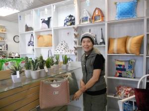 """สนใจเช่าละครไทย-เกมโชว์-ทอล์คโชว์-รายการอื่นๆ พร้อมแวะซื้อหาขนมไทย และสินค้าอื่นๆ จากเมืองไทย โดยมี """"ภา"""" ให้การต้อนรับ ที่ร้าน Green House Video & Gift Shop เมือง Panorama City โทร. 818-909-7299"""