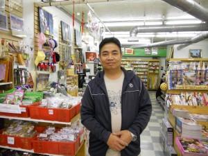 """ต้องการหนังสือเรียนภาษาไทย-นิตยสาร-หนังสือพิมพ์-แม๊กกาซีน-ซีดี-วีซีดี-ดีวีดี(ละคร-หนังไทย-จีน-ญี่ปุ่น-เกาหลี-อินเดีย-ฝรั่ง)-พ็อคเก็ตบุ๊ค และสินค้าอื่นๆ จากเมืองไทย โดยมี """"อุ๊"""" ให้การต้อนรับ ลดพิเศษ 25% สำหรับสมาชิก แวะไปได้ที่ ร้านหนังสือดอกหญ้า สอบถามได้ที่ 323-464-7177-8"""