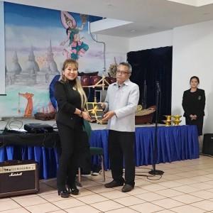 กนิษฐา เพอร์ไรดา ศรีคง นายกสมาคมนวดไทยฯ มอบของที่ระลึกให้นายกสมาคมไทยแห่งแคลิฟอร์เนียภาคเหนือ วัลลภ คชินธร เนื่องในโอกาสที่ให้การต้อนรับ&ช่วยเหลือโครงการอบรมนวดไทยที่วัดพุทธานุสรณ์ เมืองฟรีมอนต์ เมื่อ 21 May 2017