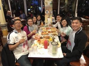รักษ์ พันธุ์พฤกษ์ พาน้า (น.พ. สุริยะ วิไลนิรันดร์)และครอบครัวที่มาเยี่ยมถึงแอล.เองจากเมืองไทยไปเลี้ยงที่ The shrimp lover ของเพื่อนที่เมือง Redondo Beach เมื่อ 24 พ.ค. 2017