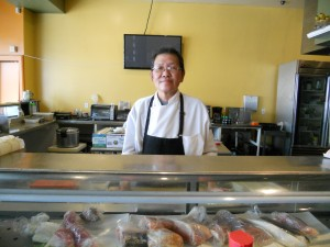 """อิ่มอร่อรย ชูชิโรล, ซาซิมิ, สลัด, ปลาซาบะย่าง, อูด้ง และอาหารชุดเที่ยง&เย็น โดยฝีมือ """"โจ"""" ซูชิเชฟมือหนึ่ง ที่ร้านอาหารญี่ปุ่น Ikyu Sushi เมือง N.Hollywood โทร. 818-982-8598"""