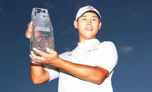 """Kim Si Woo .. โปรกอล์ฟหนุ่มดาวรุ่งของประเทศเกาหลีใต้ วัย 21 ปี โชว์ฟอร์มสุดยอดในรอบสุดท้ายทำสกอร์เพิ่มอีก 3 อันเดอร์พาร์ จบสกอร์รวม 4 วันสกอร์ 10 อันเดอร์พาร์ คว้าถ้วยแชมป์รายการ..""""The Players Champions 2017"""".. เป็นนักกอล์ฟเกาหลีใต้ คนที่สองที่สามารถคว้าแชมป์รายการนี้เมื่อวันอาทิตย์ที่ 14 พฤษภาคม ที่ผ่านมา.."""
