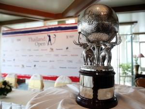 """ชมความงาม.. ถ้วยพระราชทานพระบาทสมเด็จพระปรมินทรมหาภูมิพลอดุลยเดช (รัชกาลที่ 9) ... เป็นถ้วยรางวัลกอล์ฟอาชีพที่เก่าแก่ที่สุดในประเทศไทย..จะมีการแข่งขัน..""""ไทยแลนด์ โอเพ่น ครั้งที่ 46""""..ในอาทิตย์นี้ ครั้งสุดท้ายเมื่อปี พ.ศ.2558.. หวังว่าโปรนักกอล์ฟไทยจะประสบความสำเร็จ และนำถ้วยเกียรติยศที่เก่าแก่ที่สุดใบนี้กลับสู่ประเทศไทยอีกครั้ง"""".."""