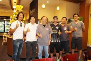 """หลังดินเนอร์ที่ """"ทานตะวัน"""" 06-26-2017 เกียรติกุล """"ก้อง"""" เกื้อกูล ประธานกรรมการบริหารงาน Thai Soccer League 2017 &กรรมการ มอบเสื้อกีฬา TSL 2017ให้ บก.สยามมีเดีย ที่ช่วยสนับสนุนงานมาด้วยดี"""