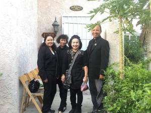 """""""คุณน้อง"""" เจ้าของร้านอาหาร ชาวเหนือ Spicy BBQ เพื่อนซี้ ทองสุข/แดน หอมทรัพย์ แวะชิมฝีมือ อาหารและสาธิตการทำอาหารแลกเปลี่ยนกันที่บ้านพักในเมืองนอร์ท ฮอลลีวูดเมื่ออาทิตย์ที่ผ่านมา"""