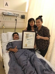 """Suthiporn """"Tui"""" Sungkamee in hospital and rachanee (ขวาสุด) และน้องสาว Sarintip """"Jazz"""" Singsanong นำประกาศเกียรติคุณที่ Mitch O'Farrell สมาชิกสภาเขต ๑๓ celebrated Immigrant Heritage Month in Los Angeles มามอบให้. Thank you for your contributions to the vibrant cultural fabric in #CD13."""