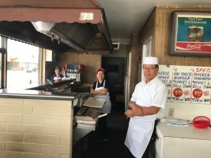"""พี่บุญทัย ขาวขำ ลงมือเข้าครัวเป็น Cook ในร้านFast Food ที่ตนเองเป็นเจ้าของ ส่วนCook เดิมไม่ทราบหายไปไหนส่วนสาวที่เห็นในรูปเป็นผู้ช่วยที่ไม่ใช่ชื่อ """"พี่แป๊ด"""" พรรณสุภา ขาวขำ"""