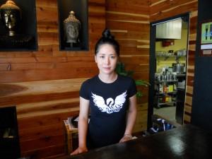 """แวะชิม ข้าวผัดสับปะรด, ลาบวุ้นเส้น, ปอเปี๊ยะสด, คั่วกลิ้ง, เสือร้องไห้, ยำเนื้อ, ข้าวขาหมู, ปลาลุยสวนสวอน ฯลฯ มี""""ปุ๊ก"""" ให้บริการอย่างเป็นกันเอง ที่ Swan Exotic Thai Restaurant เมือง นอร์ธ ฮอลลีวูด ติดต่อ 818-308-6404"""
