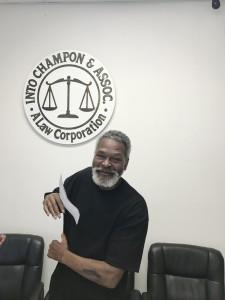 คุณ ออนเดร บราว เต้นรำดีใจถือเช็ค $195,000.00 จากฝ่ายตรงข้าม ซึ่งทางสำนักงานทนายความอินโต จำพันธ์ 800-993-7999 ช่วยฟ้องขึ้นศาลในคดีสุนัขกัด คุณ ออนเดร บราว บอกว่าภูมิใจมากที่ได้เงินจำนวนนี้ เพราะคู่กรณีปฏิเสธว่าไม่ได้เป็นเจ้าของสุนัข (ศาลแอลเอ เลขที่ BC626442)