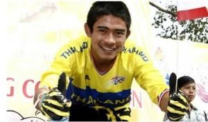 ขอแสดงความเสียใจมายังครอบครัว..ธนพล จารุเพ็ง.. นักปั่นทีมชาติไทยดีกรีเหรียญเงินเสือภูเขาดาวน์ฮิลชิงแชมป์เอเชีย 2016 แชมป์ประเทศไทยหลายสมัยเสียชีวิตกะทันหัน จากอุบัติเหตุขณะฝึกซ้อมที่สนามดาวน์ฮิล เขาพระ จ.สุพรรณบุรี ในช่วงปล่อยตัวลงจากที่สูง ด้วยความเร็ว นักปั่นหนุ่มไทยเกิดเสียหลักล้มขณะที่ดิ่งลงเขา ผู้พบเห็นจึงรีบนำส่ง รพ.เดิมบางนางบวช แต่ปรากฏว่ามีเลือดออกในช่องท้องมากเกินไป จนทำให้ช็อกหมดสติต้องช่วยกันปั๊มหัวใจอยู่ประมาณ 30 นาที แต่ไม่ฟื้นและได้เสียชีวิต .. เขาเกิดที่จังหวัดชัยนาท...