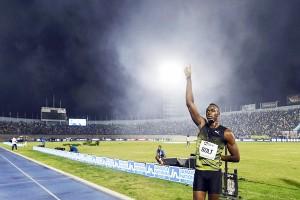 """So Long ... """"Usain Bolt""""...มนุษย์ที่วิ่ง 100 เมตรเร็วที่สุดบนพื้นดินของโลกใบนี้เดินทางกลับบ้านไปสนามที่บ้านลงวิ่งครั้งสุดท้ายให้ พี่น้องประชาชนในบ้านเกิดของเขาได้ชมฝีเท้าก่อนจะที่เขาจะโบกมืออำลาแฟนคลับของเขา หลังจากที่จบการแข่งขันกรีฑาชิงแชมป์โลกในกลางเดือนสิงหาคมที่จะถึงนี้"""