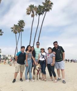 """วิลลี่ (ขวาสุด) พาครอบครัว """"วัฒนวงษ์ศีรี"""" ไปฉลอง """"วันชาติสหรัฐฯ 4th July"""" ปี 2017 ที่ชายหาดเมืองแมนฮัทตัน รัฐแคลิฟอร์เนีย"""