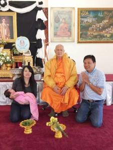 """""""ติ๊ก"""" วีระพล โรจนโสภณดิษฐ์ พาครอบครัวไปกราบขอพรจาก พระเทพมงคลวิเทศ เจ้าอาวาสวัดไทย นครลอสแอนเจลิส เนื่องในวันเกิดเมื่ออาทิตย์ที่ผ่านมา"""